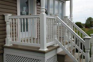 Rampe de PVC série 3000, balustre Heritage avec poteaux de galerie et poteaux de coin Heritage