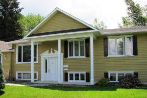 Contours de portes et fenêtres, colonnes et fronton fait de polyuréthane et PVC sans entretien